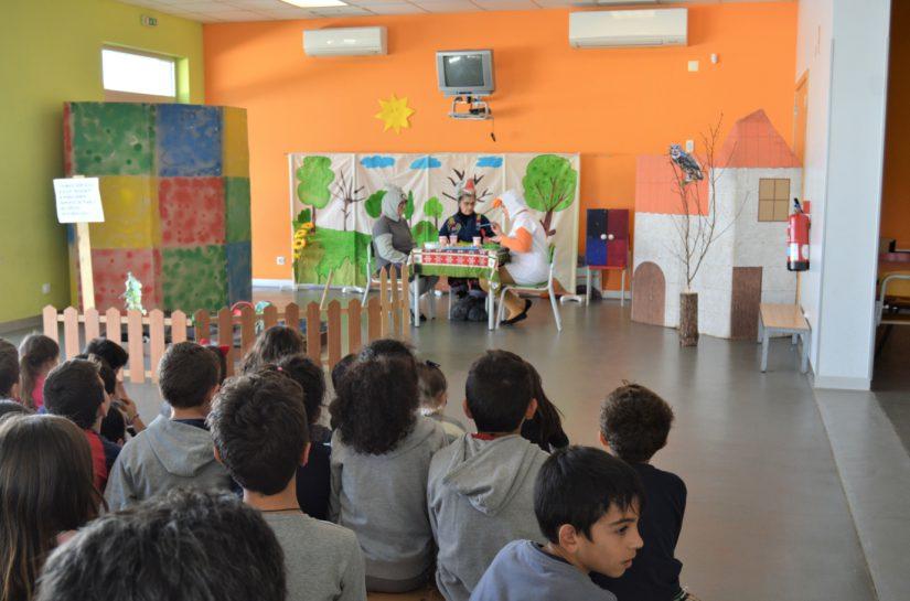 """Biblioteca Municipal dramatiza """"A horta do Sr. Lobo"""" no Centro Escolar de Cadima"""
